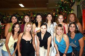Dulce Villarreal en su última despedida de soltera en compañía de sus amigas.