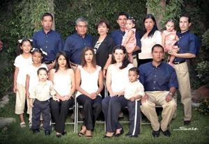 Lic. José Guadalupe López Domínguez y Sra. Manola Romo de López celebraron su 32 aniversario de nmatrimonio  acompañados de sus hijos, hijos políticos y nietos.