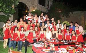 Parecían todos unos chef, aquí vemos a los novios Mario Villarreal y Nelly Fernández rodeados de familiares y amigos.