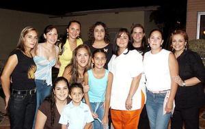<b>21 de agosto 2005</b><p> Un grupo de amigas se reunió para despedir a Mónica López de Borgetti y a Bony Garza, con motivo de su viaje a Inglaterra.