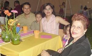 Manuel Rodríguez, Manuelito Rodríguez, Tere de Rodríguez y Angelita Castillo, en reciente festejo social.