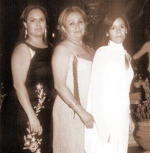 <b>25 de agosto 2005</b><p> Poala de Santillán, Mayela Rebolloso y Ana Montañez, captadas en reciente acto social.