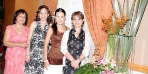 <b>23 de agosto 2005</b><p> Las anfitrionas Queta Villarreal de Sánchez, Eva Acevedo de Villarreal y Verónica Villarreal de García con la futura novia, Perla Villarreal.