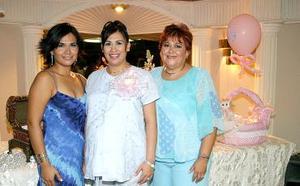 Julieta Aguilera  de Soto y Julieta Soto Aguilera le organizaron una reunión de canastilla a Vanessa Soto de Román.