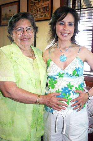<b>22 de agosto 2005</b><p> Mayra Angélica Rodríguez de Rivera acompañada por su mamá, Ana María Solís de Rodríguez, quien le organizó una fiesta de canastilla.