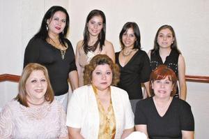 <b>25 de agosto 2005</b><p> Nelly Blackaller acompañada por Sara María Velázquez, Alma Luján, Liliana Pulido, Minerva de Pulido, Marylú de Blackaller y Vicky de Pulido, en su despedida de soltera.