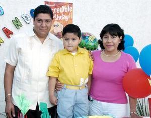 Diego Fernando con sus papás, Jesús Alonso y Martha Rangel, en la fiesta que le ofrecieron por sus cinco años.