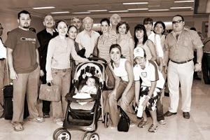 <b>22 de agosto 2005</b><p> Luciano Arriaga viajó con sus hijos a España, los despidieron familiares.
