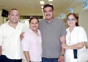 Delia Cabral y Rodolfo Ayala, viajaron  a Ensenada y los despidieron  Ofelia y Carlos  Cabral.