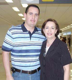 <b>23 de agosto 2005</b><p> Yuri y Guadalupe de los Santos, viajaron a Tijuana.