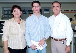 Álvaro Ayala viajó a Michigan y lo despidieron Patricia Mendoza y Alfonso Ayala.