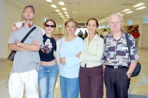 Georges, Yves, Nadege y Maricarmen viajaron a París, los despidió María Elvia.