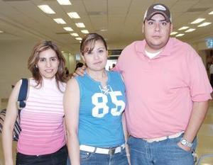 Claudia Garza y Julieta Rodríguez viajaron a Madrid, las despidió Arturo Zavala.