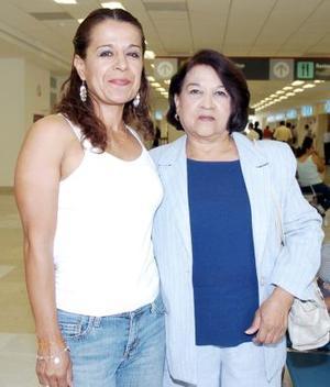 Enriqueta de la Torre viajó a  San Diego, la despidió Dora Alicia Puente.