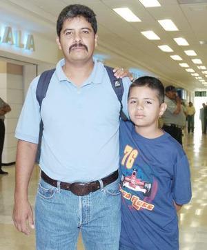 <b>25 de agosto 2005</b><p> Jesús Ignacio Macías viajó a Tijuana, lo despidió Jesús Macías.