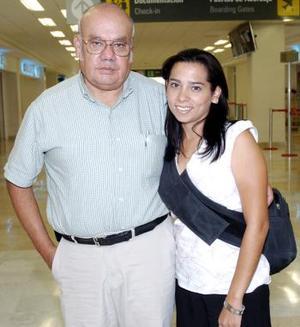 Brenda Martínez viajó a Puerto Vallarta, la despidió David Martínez.