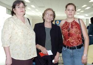 Andrea Bueno viajó a Tijuana, la despidieron Andrea Aguirre y Blanca Valdez.