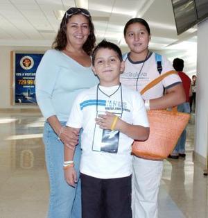 Faride y óscar Tinoco viajaron a Cancún, los despidió Laura Tinoco.