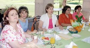 Marilú de Brackaller, presidenta de la Asociación de Clubes de Jardinería de la Comarca Lagunera, acompañadas de las damas de su mesa directiva.