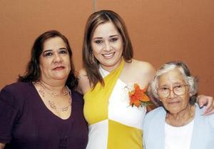 Laura Estrada acompañada por las anfitrionas de la despedida de soltera que le ofrecieron.