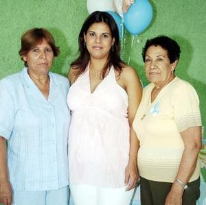 Jéssica de Parral con las anfitrionas de su fiesta de canastilla.