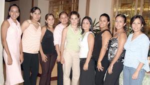Elisa Morales Torres acompañada por un grupo de invitadas a la despedida de soltera que le organizaron hace unos días