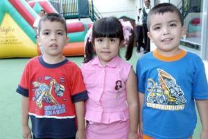 Emmanuel, Anneliz y Francisco Meléndez en una fiesta infantil