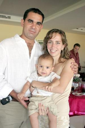 <b>26 de agosto 2005</b><p> Ramón Helguera, Lizette de Helguera y Santiago Hleguera.