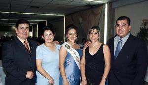 Cinthia Contreras Martínez, reina de la Feria de Torreón con sus papás, Guillermo y Leticia Contreras, y sus tíos, Eduardo y Claudia Facio.