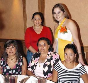 Laura Estrada disfrutó de una agradable despedida de soltera, acompañada por un grupo de amigas que la felicitaron ampliamente.