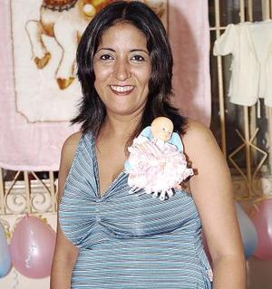 Adriana Ruvalvaba Rojas espera su primera bebé, por lo que disfrutó de una fiesta de canastilla en dís pasados.