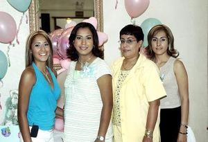 Con motivo del próximo nacimiento de su primera bebé, Claudia Rocío Aguilar de Bollbuck disfrutó de una fiesta de canastilla que le prepararon su mamá y sus hermanas.