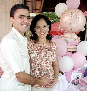 <b>27 de agosto 2005</b><p> Renata del Rocío Ávila de Flores acompañada por su esposo Luis Flores Villanueva, en la fiesta de canastilla que le organizaron por el cercano nacimiento de su bebé.