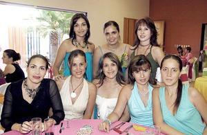 <b>27 de agosto 2005</b><p> Alejandra Santibáñez Harper, en su despedida acompañada de amistades y familiares.