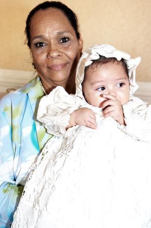 Ana Regina Adame, con su abuelita Rosa Linda Álvarez.