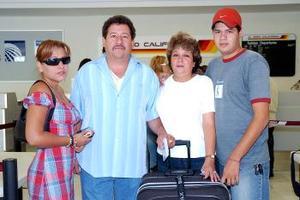 Ismael Contreras viajó a Tijuana y fue despedido por Ivonne, Irma y Héctor.
