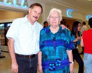 Salvador Reyes y Rosaura Ramírez viajaron con destino a Los Ángeles.
