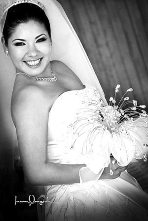 Lic. Nadia Flores Aguiñaga, el día de su enlace matrimonial con el C.P. David Israel Saláis Talamantes.  <p> <i>Estudio fotográfico: Laura Grageda</i>