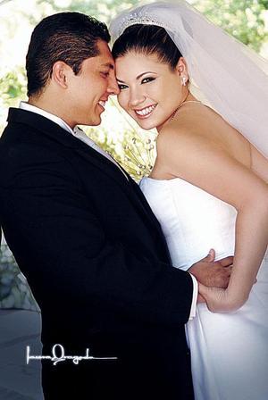 C.P. David Israel Saláis Talamantes y Lic. Nadia Flores Aguiñaga Contrajeron matrimonio el sábado 11 de junio de 2005.  <p> <i>Estudio fotográfico: Laura Grageda</i>