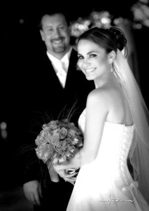 Lic. Nora Lisbeth Santos Campa, el día de su enlace matrimonial con C.P. Derk Robert Wallace.  <p> <i>Estudio fotográfico: Maqueda</i>