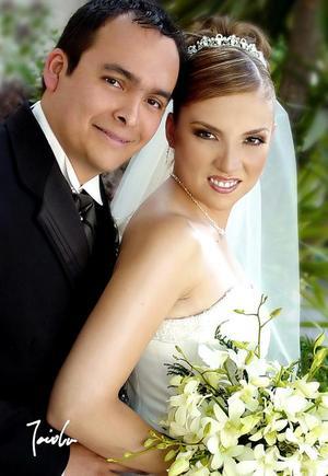 Lic. Víctor Manuel Montaño Chávez e Ing. Adriana Yáñez Quiñones recibieron la bendición nupcial el sábado 18 de junio de 2005 a las 20 30 horas.