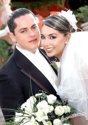 Ing. Jorge Eduardo Sáenz García y Lic. Nancy Romero Martínez recibieron felicitaciones por su enlace matrimonial el pasado 18 de junio en la parroquia de La Inmaculada Concepción.   <p> <i>Estudio fotográfico: Frida</i>