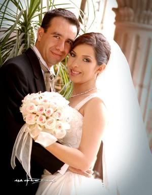 Ing. Juan Alberto Pérez Ortega y Lic. Claudia Liliana Mena López contrajeron matrimonio religioso, el sábado 23 de abril de 2005 a las 20 30 horas.  <p> <i>Estudio fotográfico: Maqueda</i>