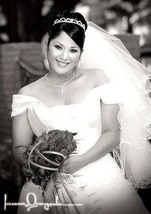L.A.R.H. Betzaida Nayevi Argumedo Flores, el día de su enlace matrimonial con el Sr. José Milton Castañeda.  <p> <i>Estudio fotográfico: Laura Grageda</i>