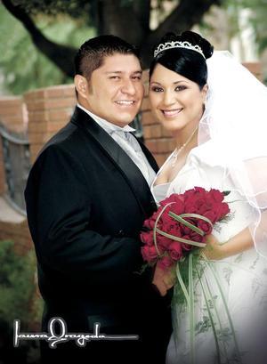 Sr. José Milton Navarro Castañeda y L.A.R.H.Betzaida Nuyevi Argumedo Flores contrajeron matrimonio el pasado 15 de julio   <p> <i>Estudio fotográfico: Laura Grageda</i>