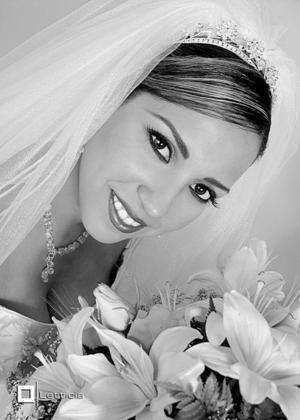 L.C.I. Claudia Estrella Mijares Flores, el día de su enlace nupcial con el L.C.I. Héctor Alfredo Barro Soto. <p> <i>Estudio fotográfico: Letticia</i>