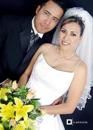 L.C.I. Héctor Alfredo Barro y L.C.I. Claudia Estrella Mijares Flores contrajeron matrimonio religioso en el Santuario de las Noas, el pasado 25 de junio.  <p> <i>Estudio fotográfico: Letticia</i>