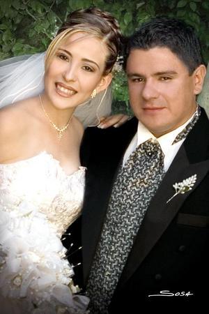 Lic. Miguel Ángel Olague Rodríguez y Srita. Karla Viviana Díaz Muñoz contrajeron matrimonio en la capilla del Centro Saulo, el pasado 23 de julio.   <p> <i>Estudio fotográfico:Sosa</i>
