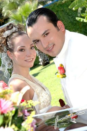 Sr. Abraham  Sierra Limones y Srita. Ivette Castillo Silveyra contrajeron matrimonio en la parroquia de la Sagrada Familia, el sábado nueve de julio.  <p> <i>Estudio fotográfico: Frida</i>