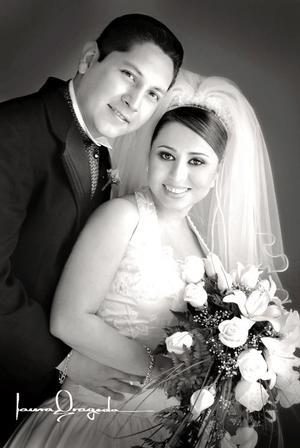 Srita. Azucena Hernández Ortiz, el día de su enlace matrimonial con el Sr. Ernesto Martell Ramírez.    <p> <i>Estudio fotográfico: Laura Grageda</i>